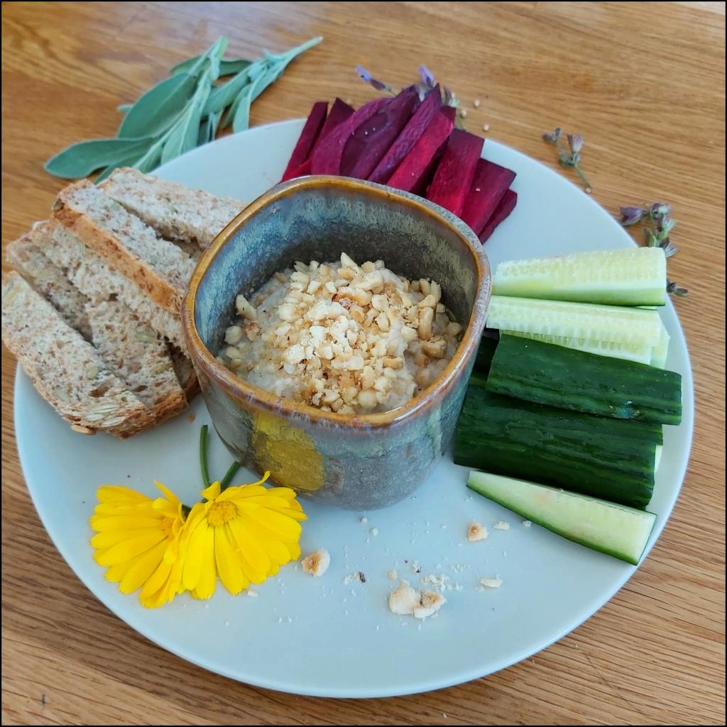 Dips, crème de chou rave aux noisettes avec concombre, chou rouge et pain pour tremper